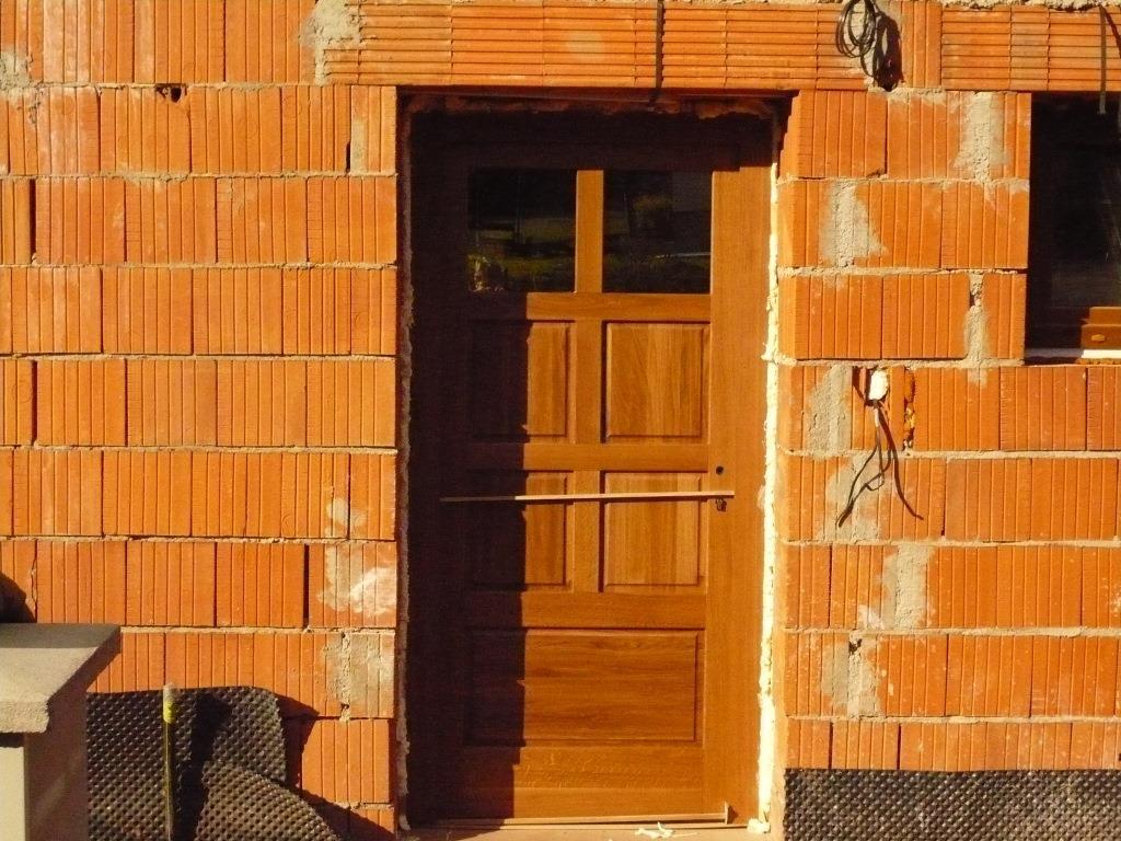 Vstupní dveře do domu stavba